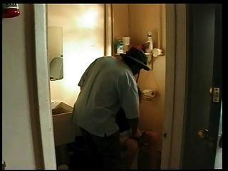Esposa follada por el hombre negro en la estación de servicio de baño