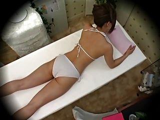 Modelo seducido durante la parte 1 del masaje