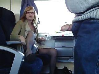 Pareja madura se divierten en un tren