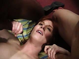 Rubí maduro pelirroja en un gangbang anal