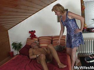 La suegra le encuentra masturbándose y le ofrece coño