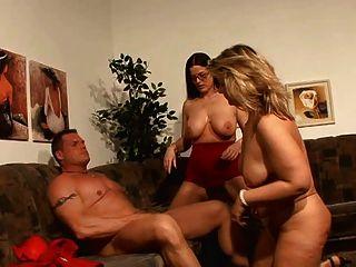 ¡Chico afortunado que se divierte con 2 mamáes alemanas calientes!