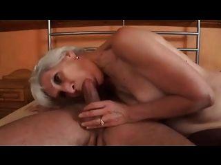 Ágil gris cabello abuelita en medias folla