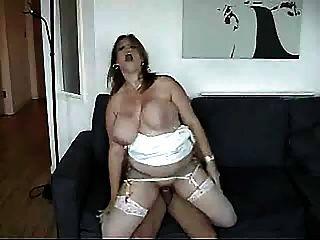 Enormes pechos agitando como ella se la follan