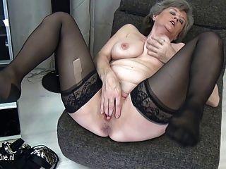 La abuela pechugona se masturba sola