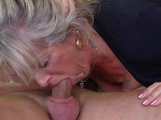 Abuela rubia deshuesada por un perno