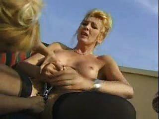 Mujeres maduras locas juegan con leche y enema antes de la pornografía