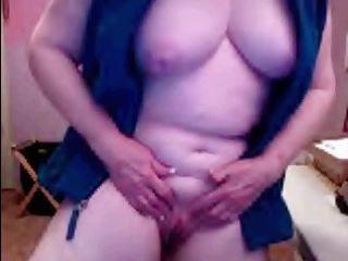 La abuelita de 69 años se masturba