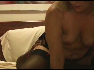 La esposa caliente toma en un roomful para el marido