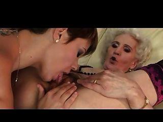 Abuelita y su novia tienen un buen lamer