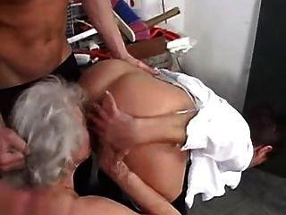 Abuelas le encanta swing con chicos jóvenes
