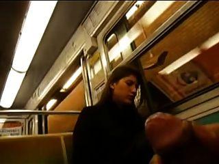 Verdadero footsie oculto con mujer en autobús que le gusta