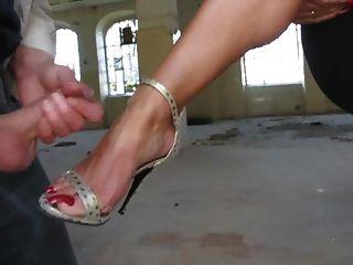 image Frotando mis pies por toda su cara hasta que se corre en mi flip flo