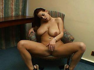 Sexy morena con tetas grandes solo.