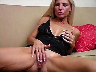 Mamá de paso masturbándose de estímulo