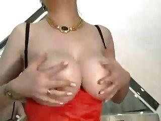 Abuela peluda con tetas grandes en medias folladas