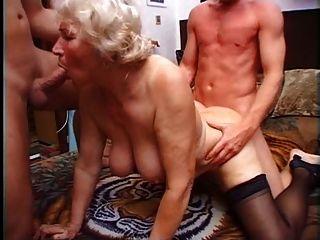 Granny norma tiene dos gallos para jugar con