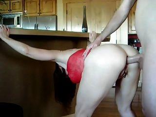 Sexy madura en vestido rojo se follan en su trasero