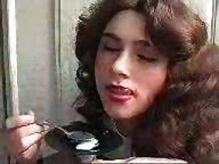 Chica comiendo cum con una cuchara!Dudenwk increíble
