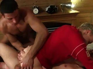 Dos chicos fuck joven chico a pelo