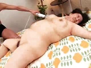 image Ella va por un masaje y obtiene su coño rojo peludo jodido