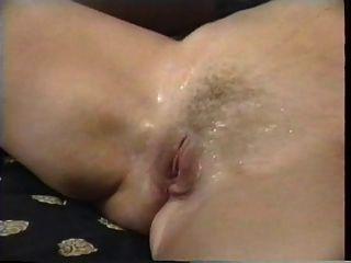 Tres lesbianas lactantes exprimen leche en sus bocas y lamer coños