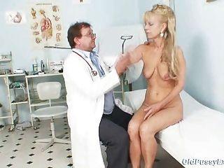 Mujer madura anezka viene a obtener su coño maduro examinado