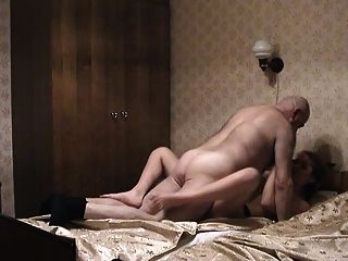 Viejo hombre y muchacha pigtailed