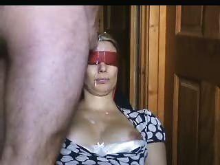 La esposa con los ojos vendados recibe un montón de esperma en su cara