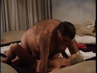 Chico gordo golpea el coño gordo de su esposa