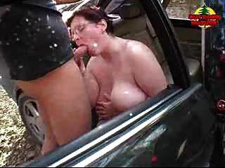 Bbw obteniendo cum en sus tetas en coche