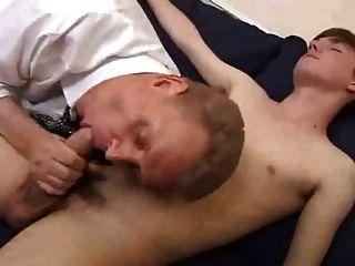 Adecuado viejo papá jugar a su hijo twink y obtener jodido profundo