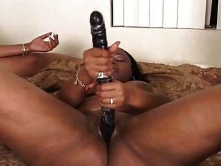 3 lesbianas negras en la cama escena lesbiana