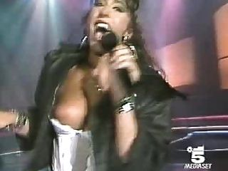 Concierto nipple slip video