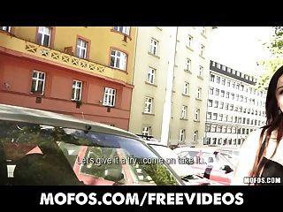 Recolecciones públicas sexy pelirroja checa joven se paga a la tira