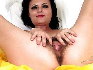 Viviana peluda madura jadea en la cama