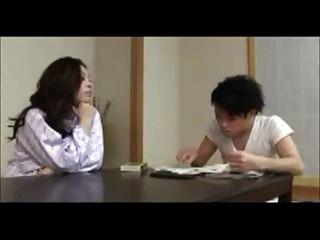 La mamá japonesa entrena al joven
