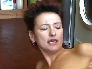 ¡El milf caliente coge el masturbarse del muchacho y le deja cogerla en lugar de otro!