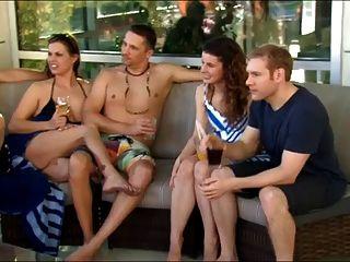 Nueva pareja joven va a una fiesta swingers por primera vez