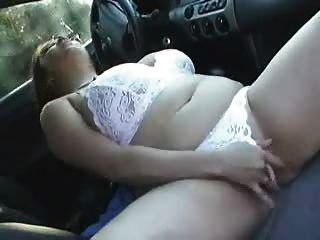 Busty bbw chica claire cums en su coche