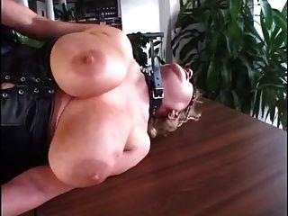 Abuelita madura perforada con muchas piercings rizados en crema 3