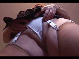 Abuelita mostrar su peludo coño rechoncho