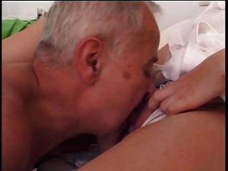 El chico más viejo folla joven enfermera