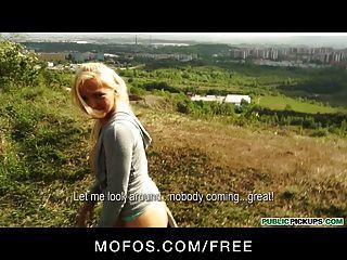 Recogidas públicas sexy rubia checa jogger tiene sexo en el parque