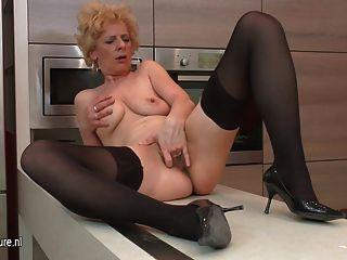 Fea madura puta ama a masturbarse en su cocina