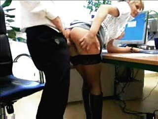 Jefe folla a su secretaria