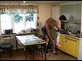 Abuelita folla en el salón luego la cocina