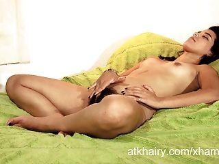 Chica peluda faustina de nicaragua juega con su pelo coño
