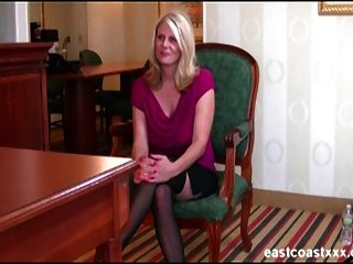 Rubia con tetas grandes obtiene un creampie en entrevista de trabajo