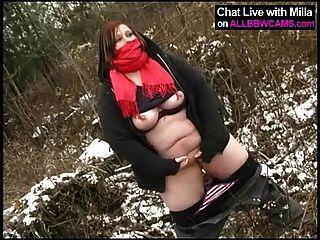 Gordo aficionado juega con el coño en la nieve